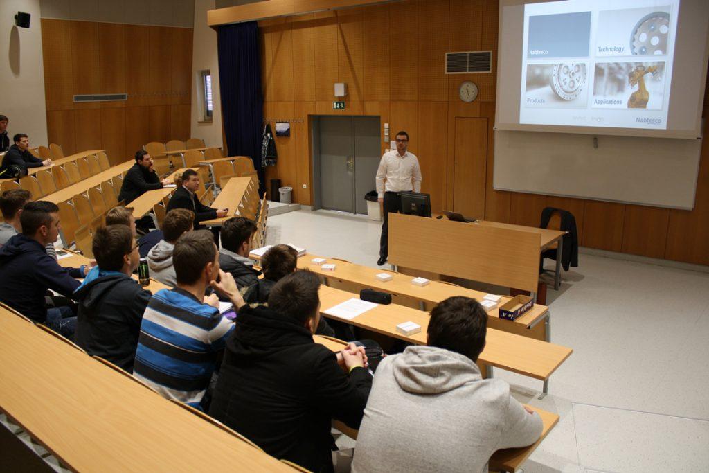 Predstavnik podjetja Nabtesco predava študentom.
