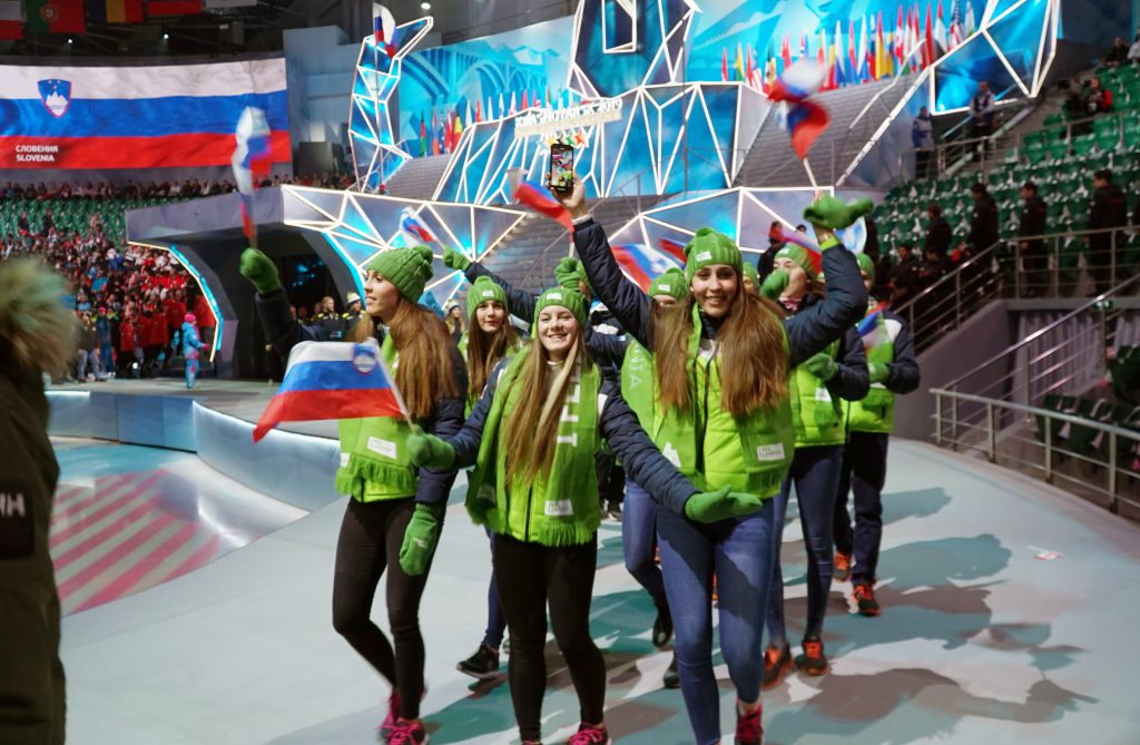 Slovenska ekipa na odru ob zaključku univerzijade v Rusiji.